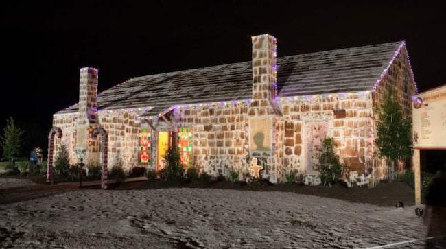 Man oroar sig för vinterstormar så man har tillverkat en enorm presenning att täcka huset med.