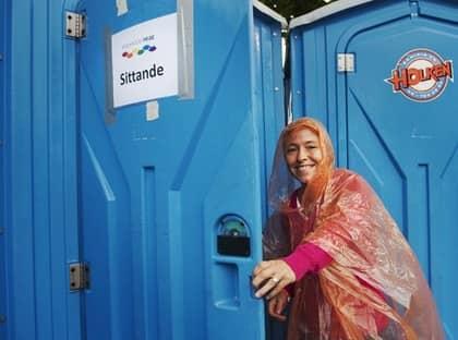 """Neutrala toaletter. Carin Jämtin (S) vill att alla offentliga toaletter ska bli könsneutrala. """"Jag tycker inte att man ska behöva definiera sitt kön"""", säger hon. Helene Halldin, 39, elevassistent, väljer """"sittande"""" på Pridefestivalen. Foto: Anna-Lena Mattsson"""