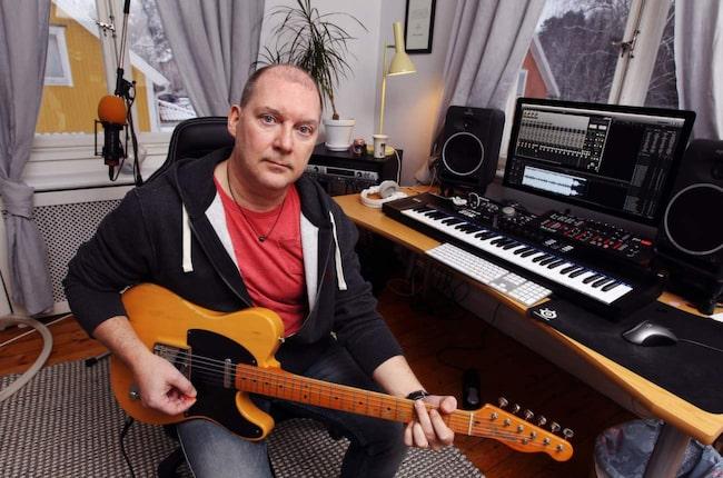 """Räddning. Musiken blev en räddning när livet var svårt för Bobby Ljunggren. Men samtidigt erkänner han sig vara arbetsarkoman. """"När jag börjar finns ingen gräns - jag jobbar tills jag är klar""""."""