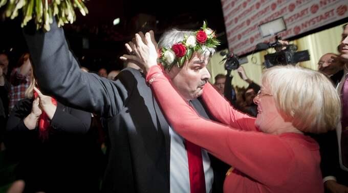 """DEN (S)ISTE KEJSAREN? Här """"kröns"""" Håkan Juholt till ordförande för Socialdemokraterna av LO:s ordförande Wanja Lundby-Wedin. Låt medlemmarna välja ledare nästa gång. Foto: Martina Huber"""