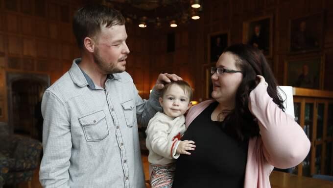 Lilly träffar mannen som fick makens ansikte. Foto: CHARLIE NEIBERGALL / AP TT NYHETSBYRÅN