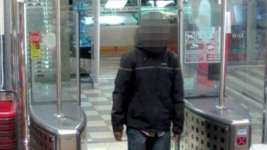 28-åringen fångades på bild när han gick in på Hemköp i Sundbyberg där han, enligt polisen, stal mordkniven. Foto: POLISEN / POLISEN