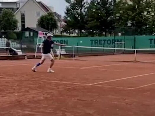 Hugh Grant utspelad i Båstad – se bilder från tennismatchen