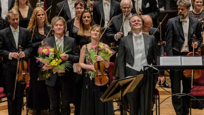 Anders Hillborg och musikerna tackar för applåderna. Foto: Jan-Olav Wedin