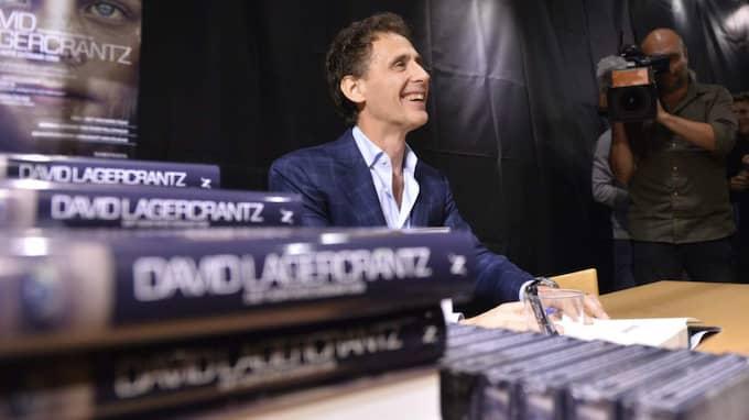 David Lagercrantz signerade natten till torsdagen den nya boken på Akademibokhandeln i Stockholm. Foto: Henrik Montgomery/Tt
