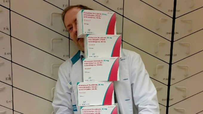 Harald Bargsten på Apoteket Kärra har svårt att synas bakom de enorma förpackningarna med medicin mot halsbränna. Foto: Apoteket Kärra