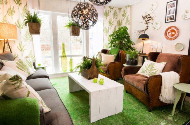 <strong>Grönska. </strong>Christian och Louise gillar gröna växter och fick ett ombonat vardagsrum fyllt med växter. Rymlig soffa och sköna fåtöljer från Ekeby möbler. Soffbordet byggde snickaren Jonny efter Jimmys ritning. Amplarna är gjorda av korgar i säckväv.
