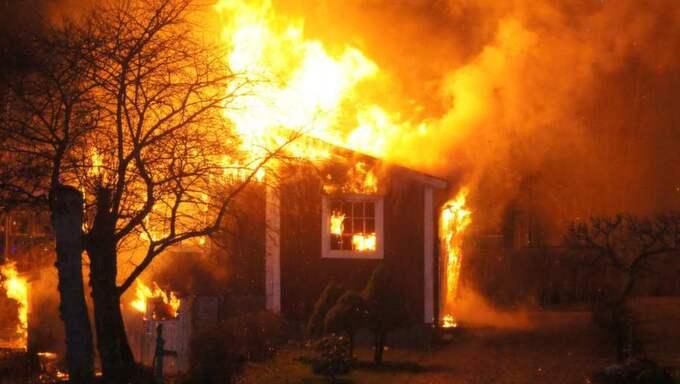 Uthuset stod placerat mellan två villor och räddningstjänsten misstänker att branden var anlagd. Foto: Thomas Götling