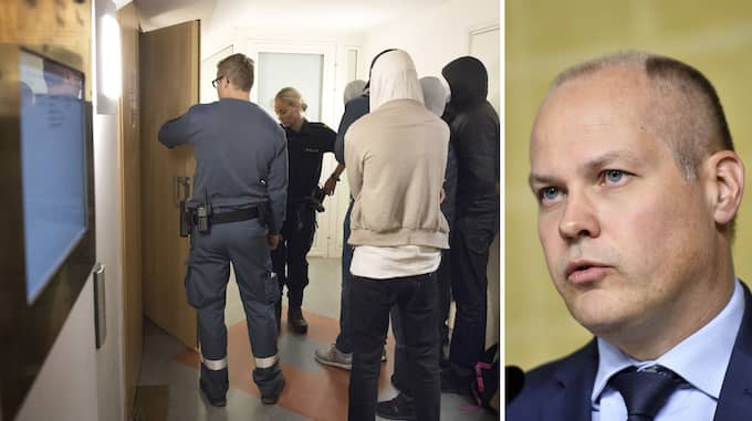 Rättegången om dubbelmorden i Hallonbergen inleds i Stockholms tingsrätt. Justitieminister Morgan Johansson borde låta utreda anonyma vittnen. Foto: JESSICA GOW/TT & VILHELM STOKSTAD/TT