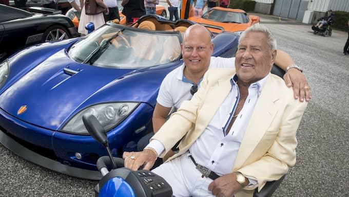 Christian von Koeningsegg med Nisse Nilsson på sitt Autoseum där lyxvagnarna kom på besök. Foto: CHRISTER WAHLGREN / KVP/ EXPRESSEN