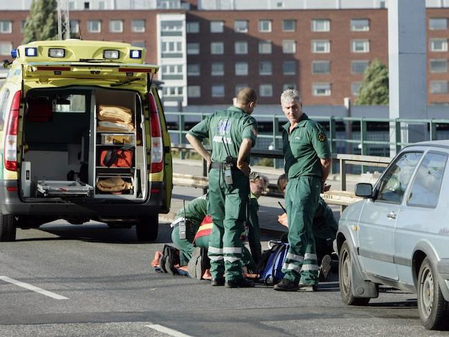 En cyklist tas om hand efter en olycka på i Stockholm.
