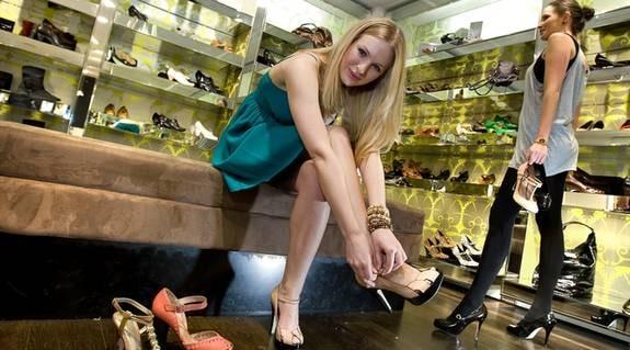 Skönhetsexperten i tjejtidningen SOLO, Monica Jonsson, testar högklackade skor.