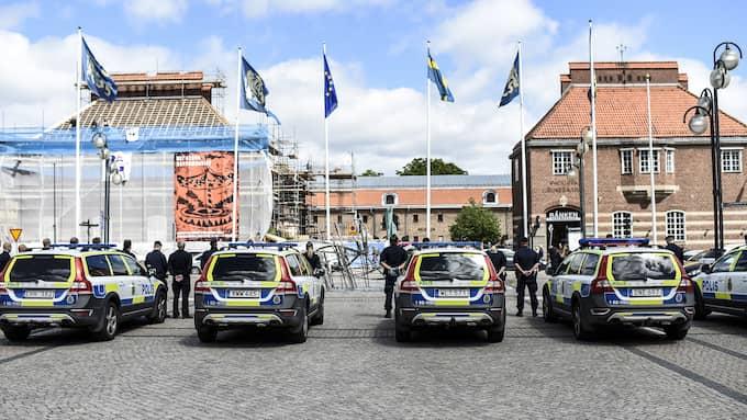 Poliskollegorna håller en tyst minut för avlidne kollegan Pierre Nilsson. Foto: JENS CHRISTIAN / FOTOGRAF JENS CHRISTIAN