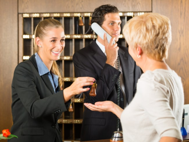 Fråga personalen om de har några speciella förmåner eller specialerbjudanden innan du blir tilldelad ett rum.