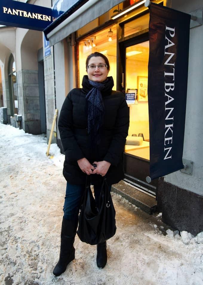 """ÄR NÖJD. Linda Tähkänen, 27, pantar en guldring på Pantbanken Sverige på Södermalm i Stockholm. """"Jag fick låna 500 kronor på guldringen och hade nog hoppats på lite mer, men det är okej"""", säger hon. Foto: Sven Lindwall"""