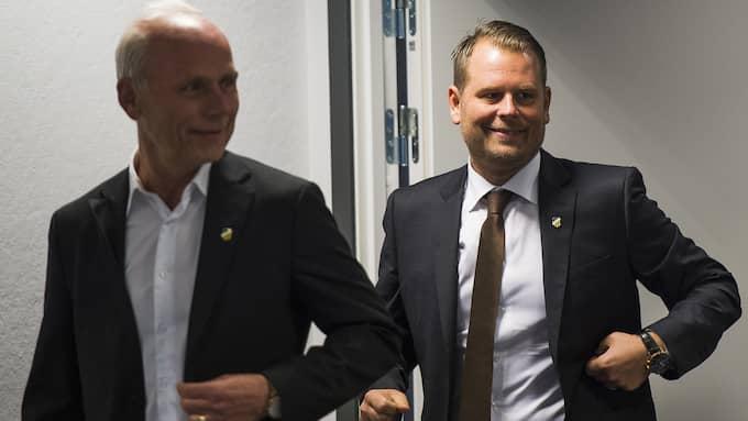 Mikael Stahre, här bakom Häckens klubbdirektör Dennis Andersson, gjorde på måndagen sin första träning med nya klubben. Foto: MATHIAS BERGELD